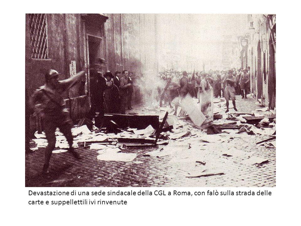 Devastazione di una sede sindacale della CGL a Roma, con falò sulla strada delle carte e suppellettili ivi rinvenute