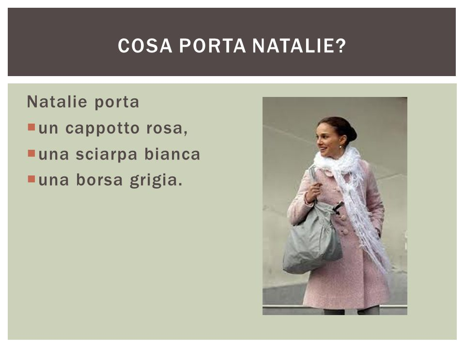 Cosa porta Natalie Natalie porta un cappotto rosa, una sciarpa bianca