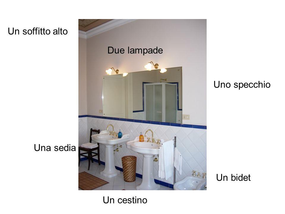 Un soffitto alto Due lampade Uno specchio Una sedia Un bidet