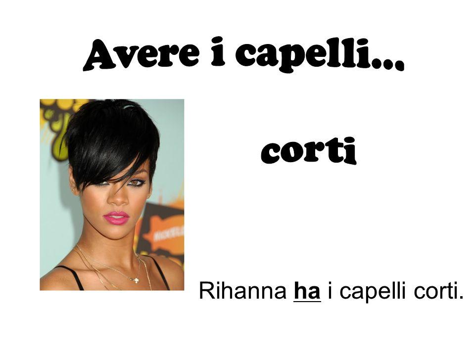 Rihanna ha i capelli corti.