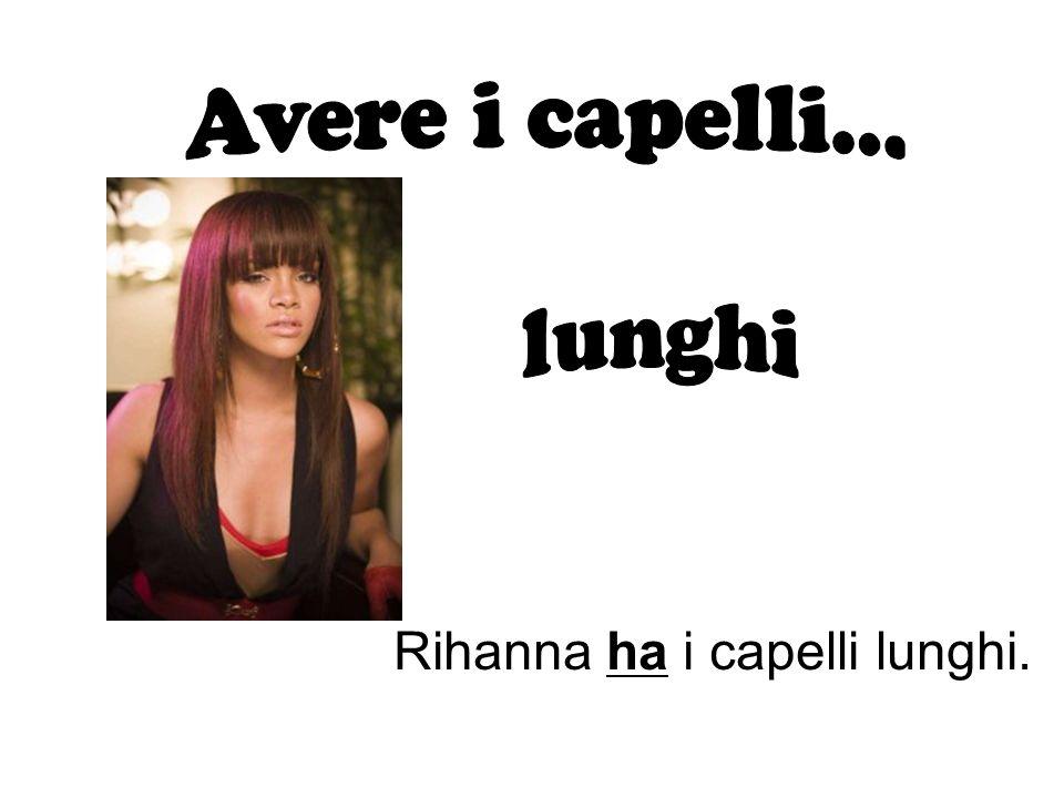 Rihanna ha i capelli lunghi.