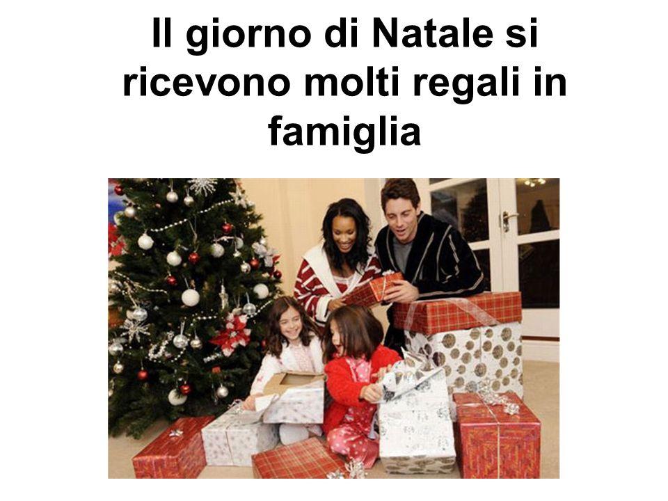 Il giorno di Natale si ricevono molti regali in famiglia