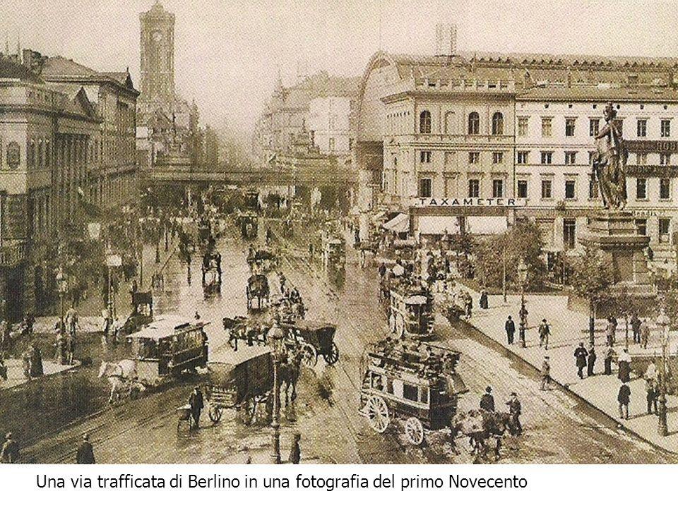 Una via trafficata di Berlino in una fotografia del primo Novecento