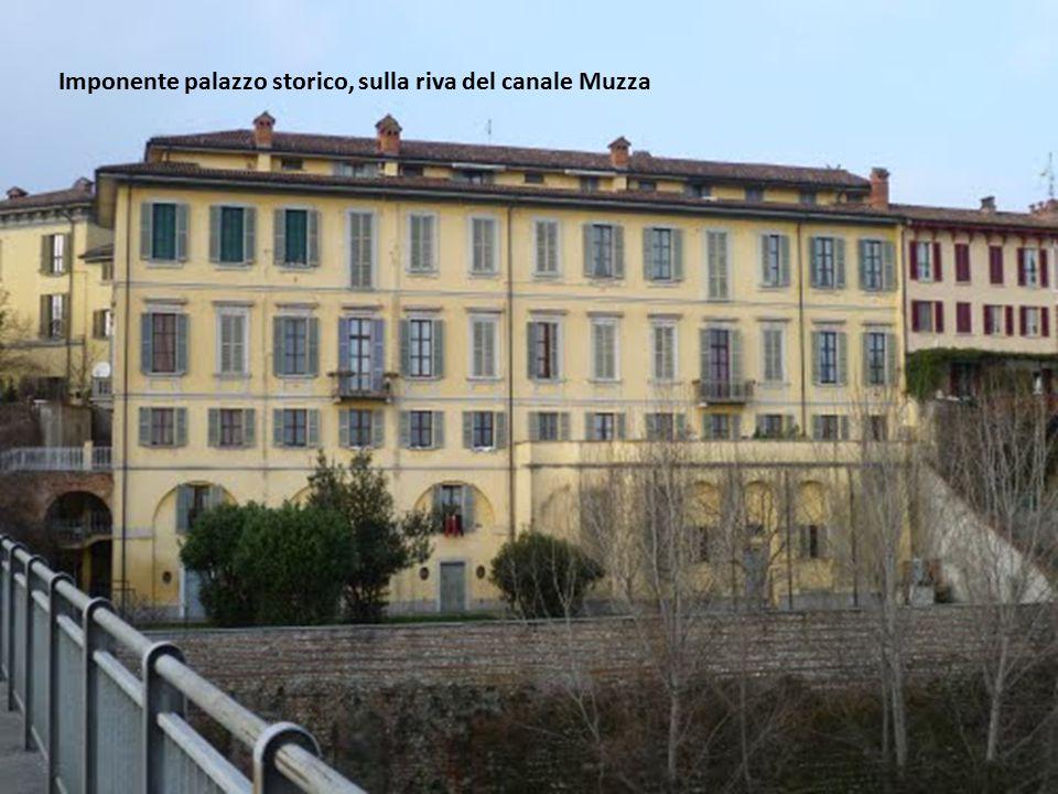 Imponente palazzo storico, sulla riva del canale Muzza