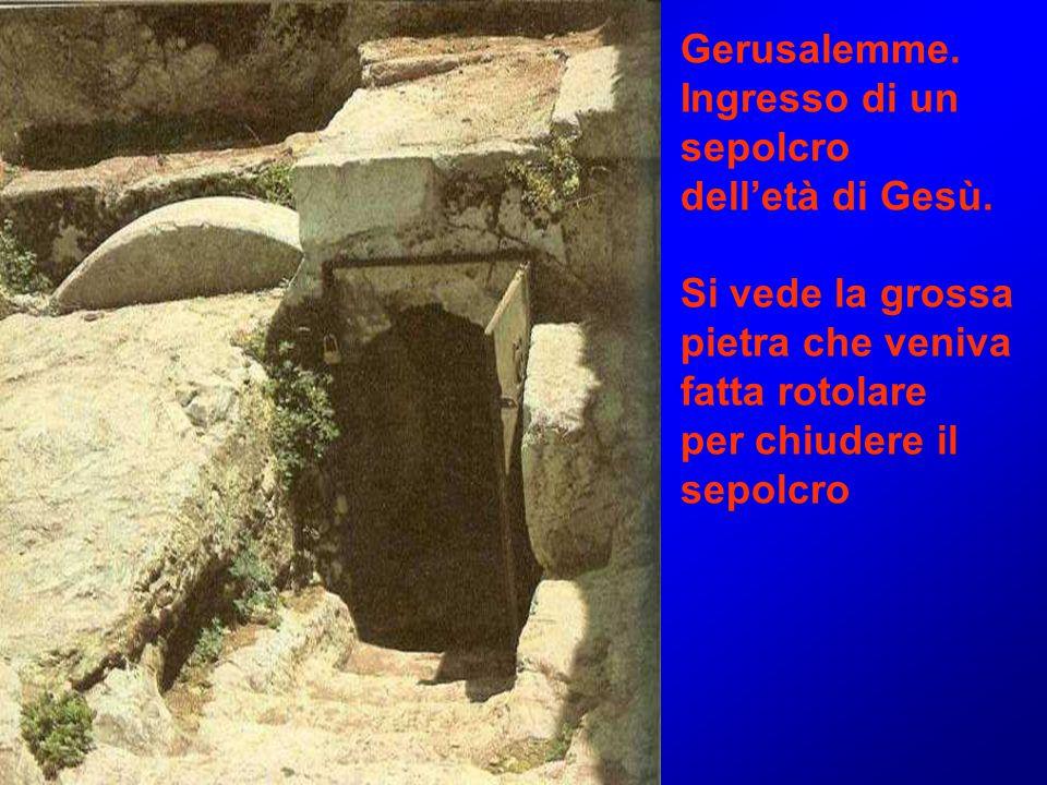 Gerusalemme. Ingresso di un. sepolcro. dell'età di Gesù. Si vede la grossa. pietra che veniva. fatta rotolare.