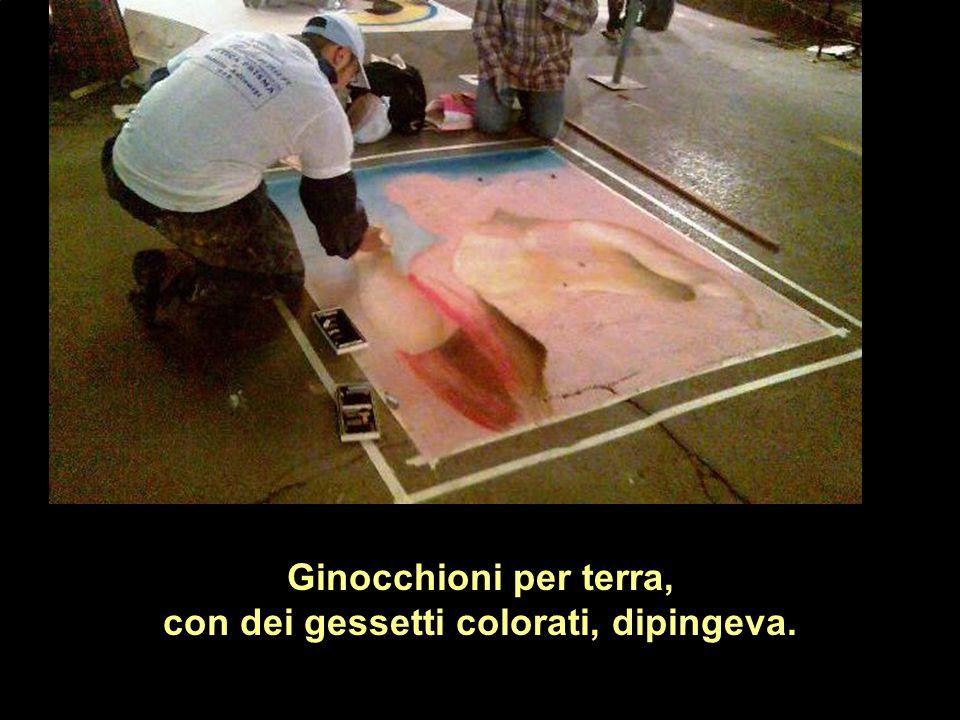con dei gessetti colorati, dipingeva.