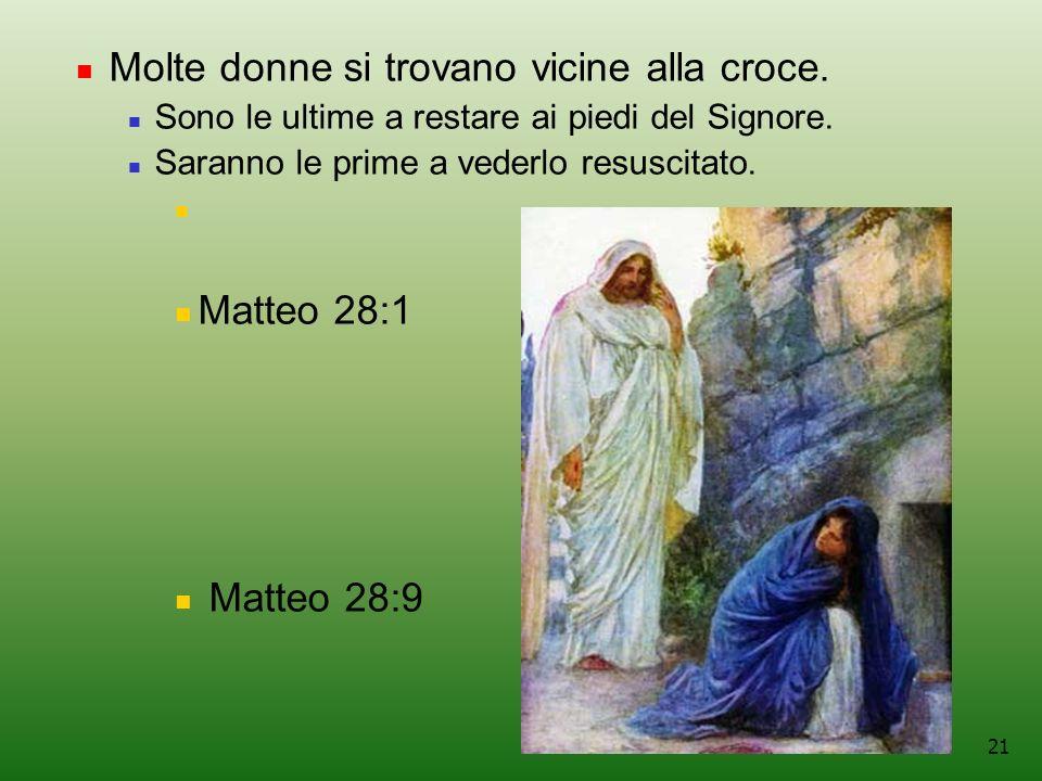 Molte donne si trovano vicine alla croce.