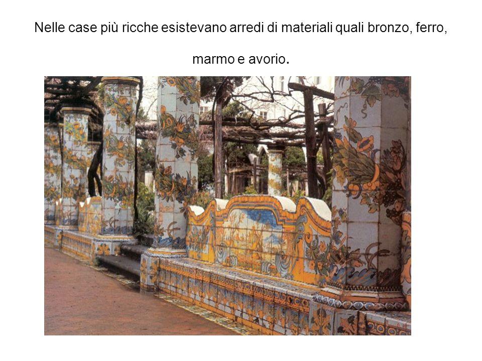 Nelle case più ricche esistevano arredi di materiali quali bronzo, ferro, marmo e avorio.