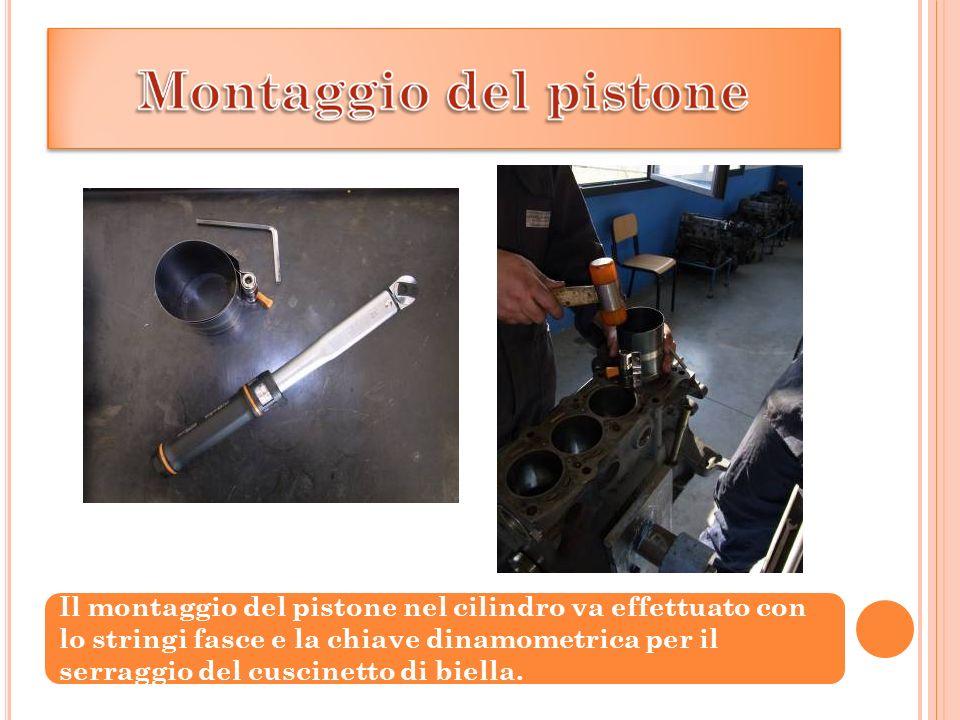 Il montaggio del pistone nel cilindro va effettuato con lo stringi fasce e la chiave dinamometrica per il serraggio del cuscinetto di biella.