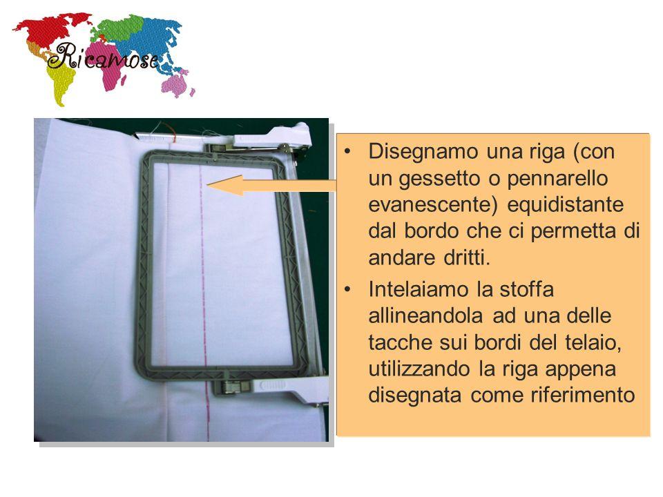 Disegnamo una riga (con un gessetto o pennarello evanescente) equidistante dal bordo che ci permetta di andare dritti.