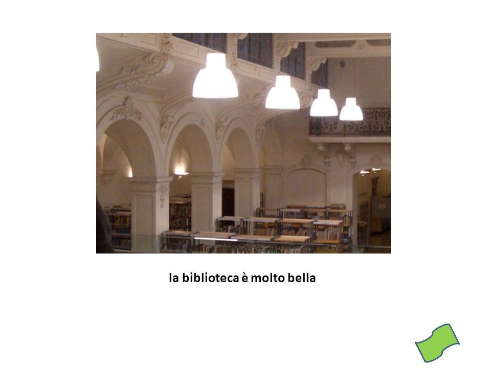 la biblioteca è molto bella