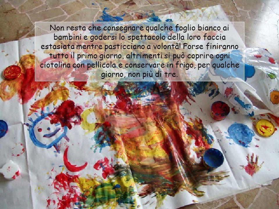 Non resta che consegnare qualche foglio bianco ai bambini e godersi lo spettacolo della loro faccia estasiata mentre pasticciano a volontà.