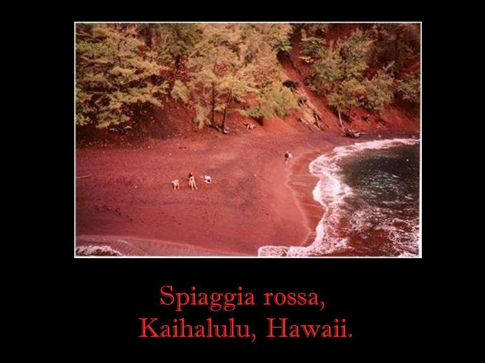 Spiaggia rossa, Kaihalulu, Hawaii.
