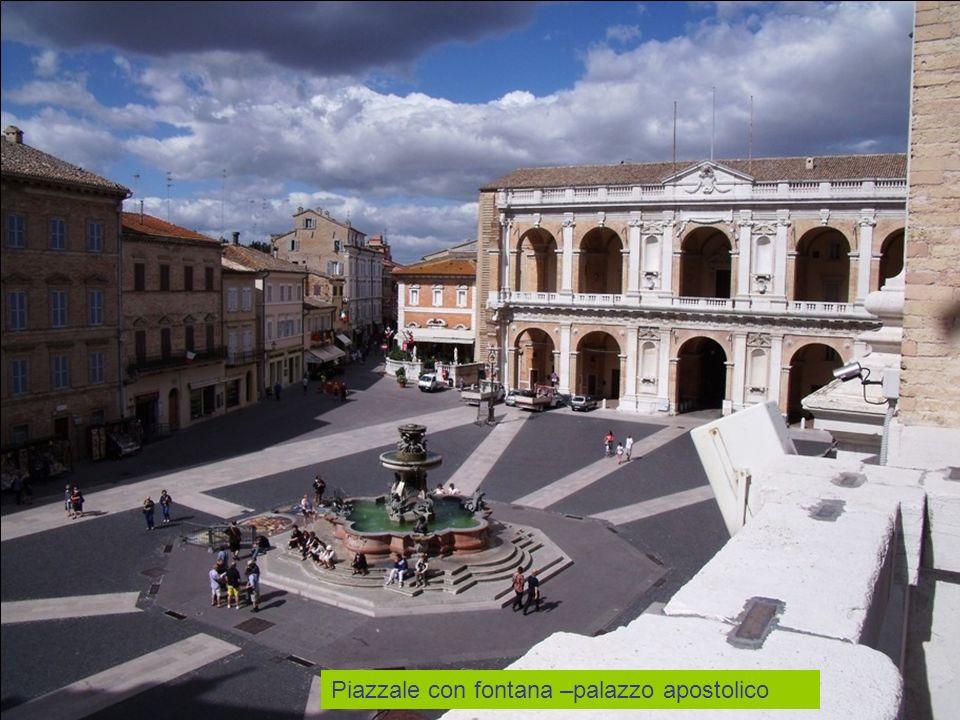 Piazzale con fontana –palazzo apostolico