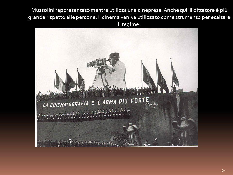 Mussolini rappresentato mentre utilizza una cinepresa