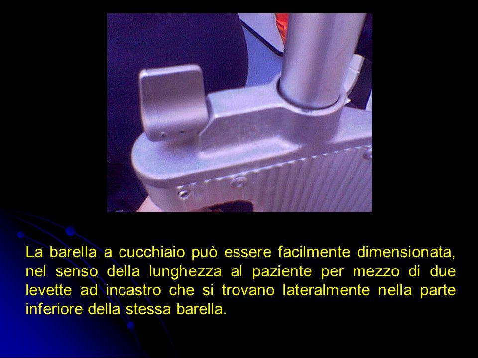 La barella a cucchiaio può essere facilmente dimensionata, nel senso della lunghezza al paziente per mezzo di due levette ad incastro che si trovano lateralmente nella parte inferiore della stessa barella.