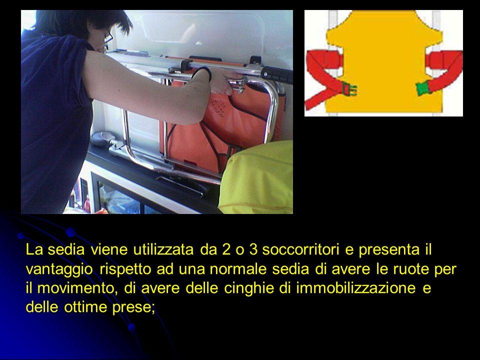 La sedia viene utilizzata da 2 o 3 soccorritori e presenta il vantaggio rispetto ad una normale sedia di avere le ruote per il movimento, di avere delle cinghie di immobilizzazione e delle ottime prese;