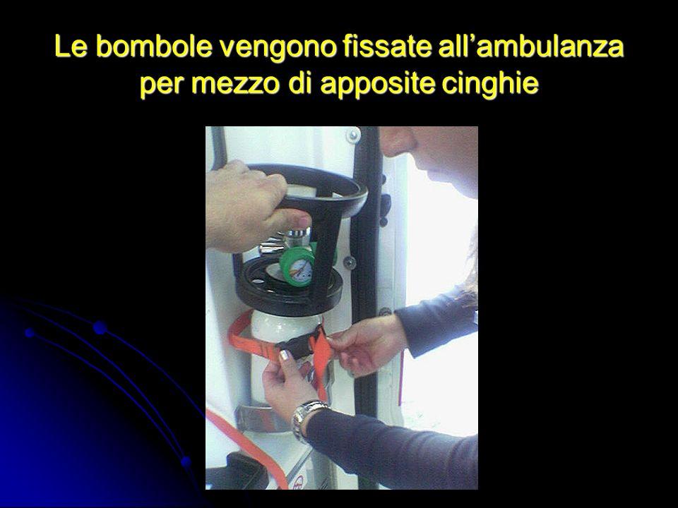 Le bombole vengono fissate all'ambulanza per mezzo di apposite cinghie
