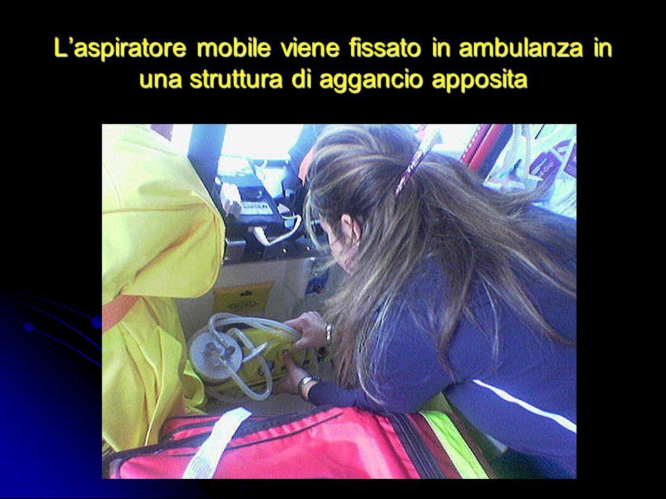 L'aspiratore mobile viene fissato in ambulanza in una struttura di aggancio apposita