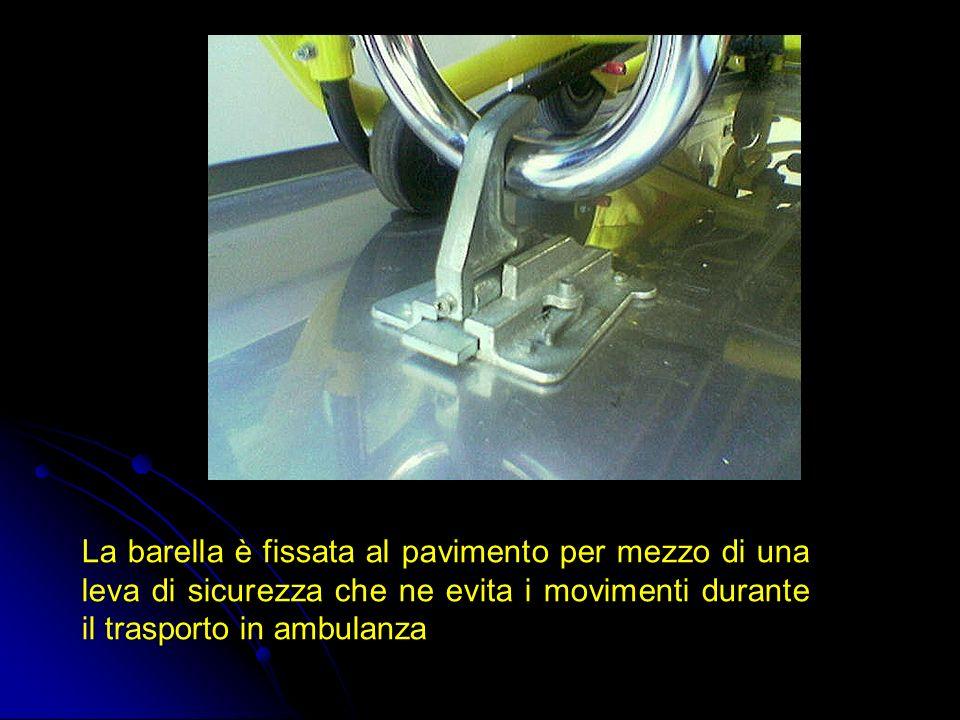 La barella è fissata al pavimento per mezzo di una leva di sicurezza che ne evita i movimenti durante il trasporto in ambulanza