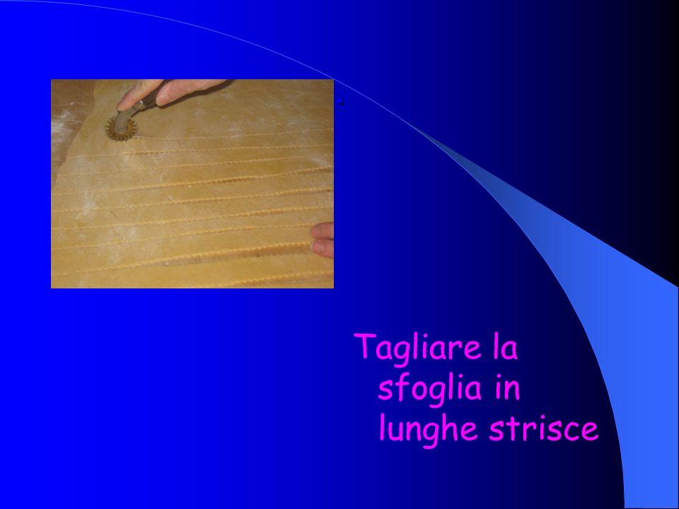 . Tagliare la sfoglia in lunghe strisce