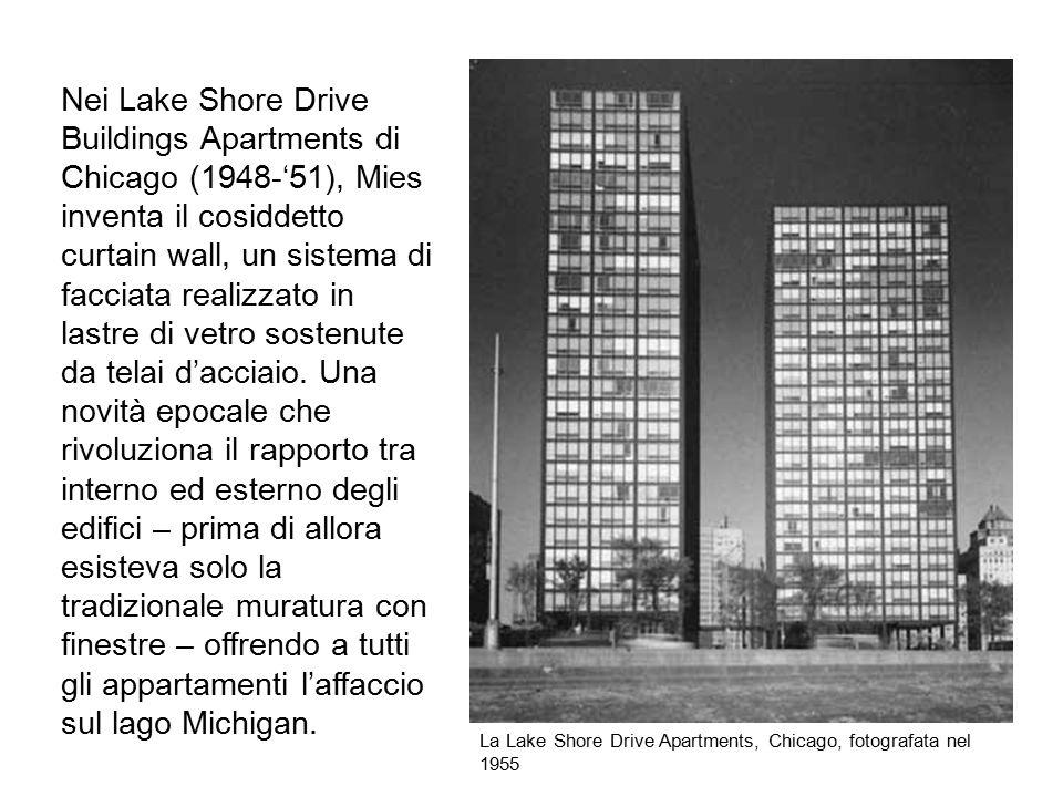 Nei Lake Shore Drive Buildings Apartments di Chicago (1948-'51), Mies inventa il cosiddetto curtain wall, un sistema di facciata realizzato in lastre di vetro sostenute da telai d'acciaio. Una novità epocale che rivoluziona il rapporto tra interno ed esterno degli edifici – prima di allora esisteva solo la tradizionale muratura con finestre – offrendo a tutti gli appartamenti l'affaccio sul lago Michigan.