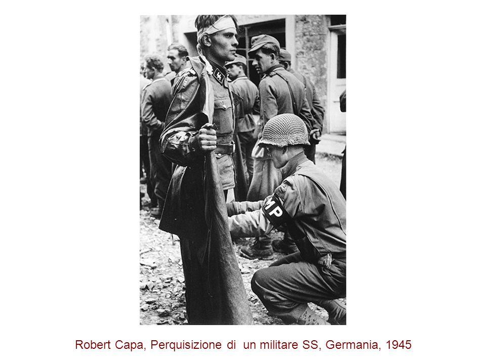 Robert Capa, Perquisizione di un militare SS, Germania, 1945