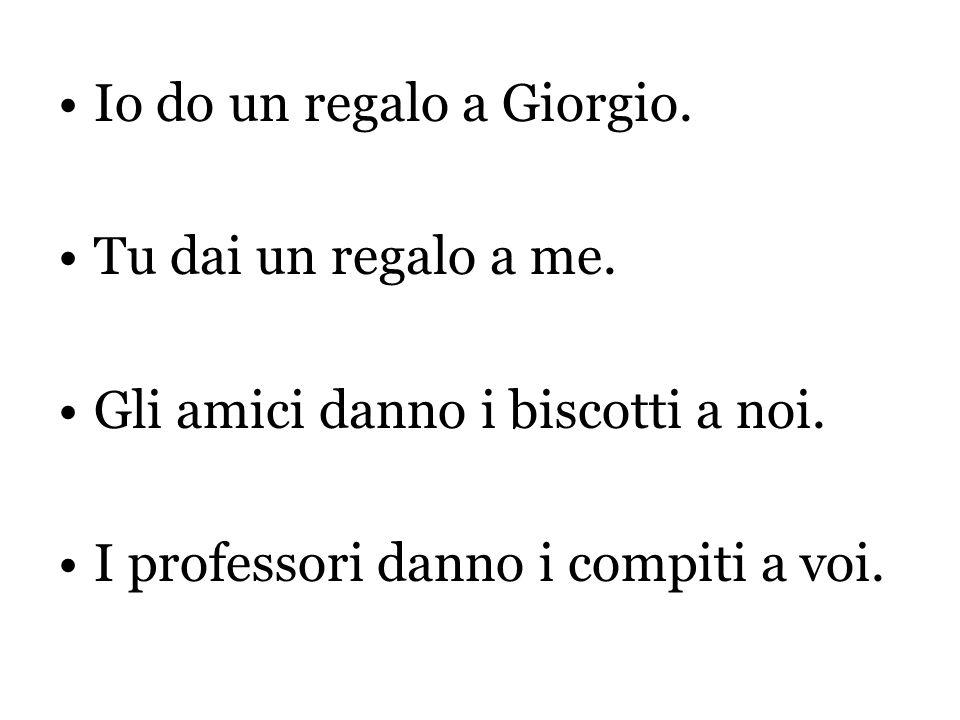 Io do un regalo a Giorgio.