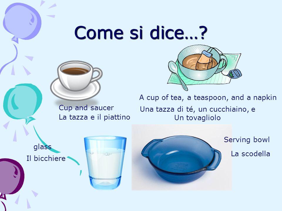 Una tazza di té, un cucchiaino, e