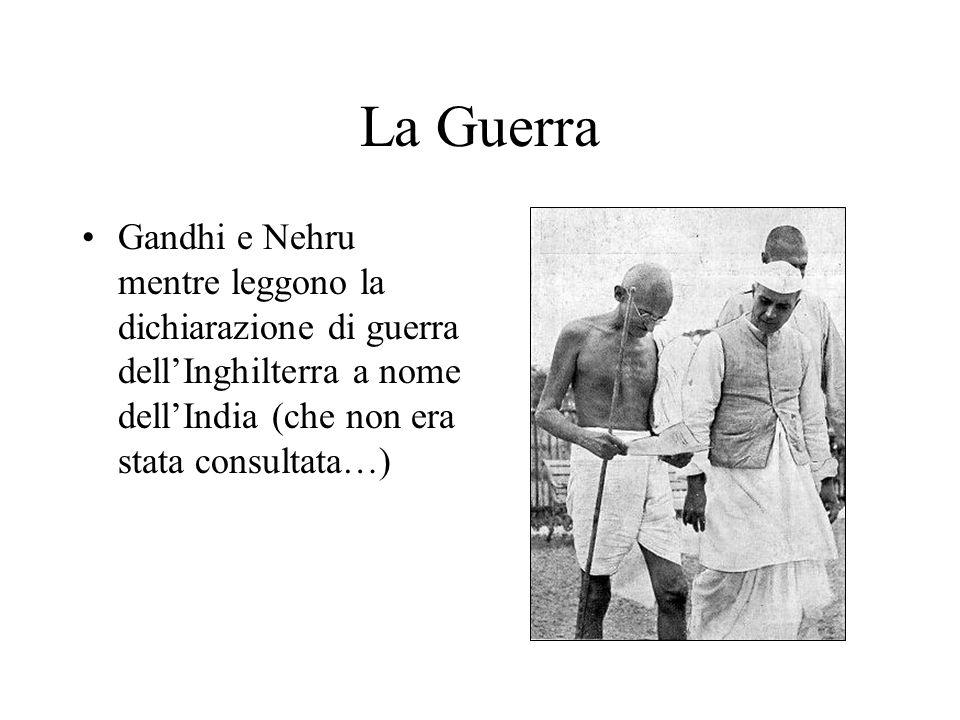 La GuerraGandhi e Nehru mentre leggono la dichiarazione di guerra dell'Inghilterra a nome dell'India (che non era stata consultata…)