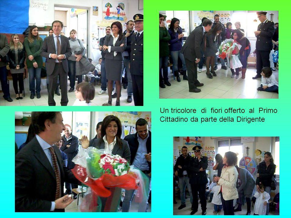 Un tricolore di fiori offerto al Primo Cittadino da parte della Dirigente