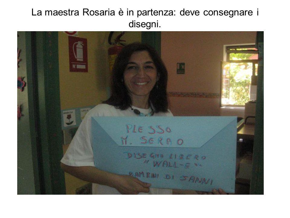 La maestra Rosaria è in partenza: deve consegnare i disegni.