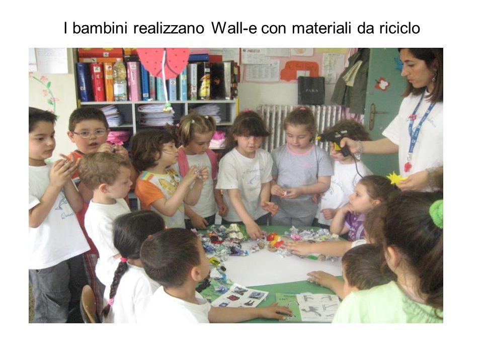 I bambini realizzano Wall-e con materiali da riciclo