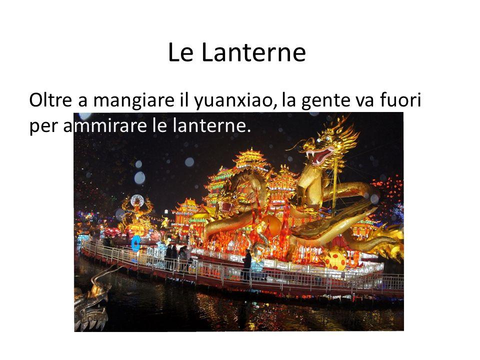 Le Lanterne Oltre a mangiare il yuanxiao, la gente va fuori per ammirare le lanterne.