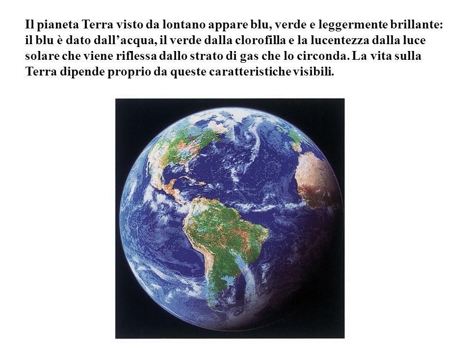 Il pianeta Terra visto da lontano appare blu, verde e leggermente brillante: il blu è dato dall'acqua, il verde dalla clorofilla e la lucentezza dalla luce solare che viene riflessa dallo strato di gas che lo circonda.