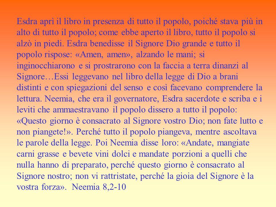 Esdra aprì il libro in presenza di tutto il popolo, poiché stava più in alto di tutto il popolo; come ebbe aperto il libro, tutto il popolo si alzò in piedi.