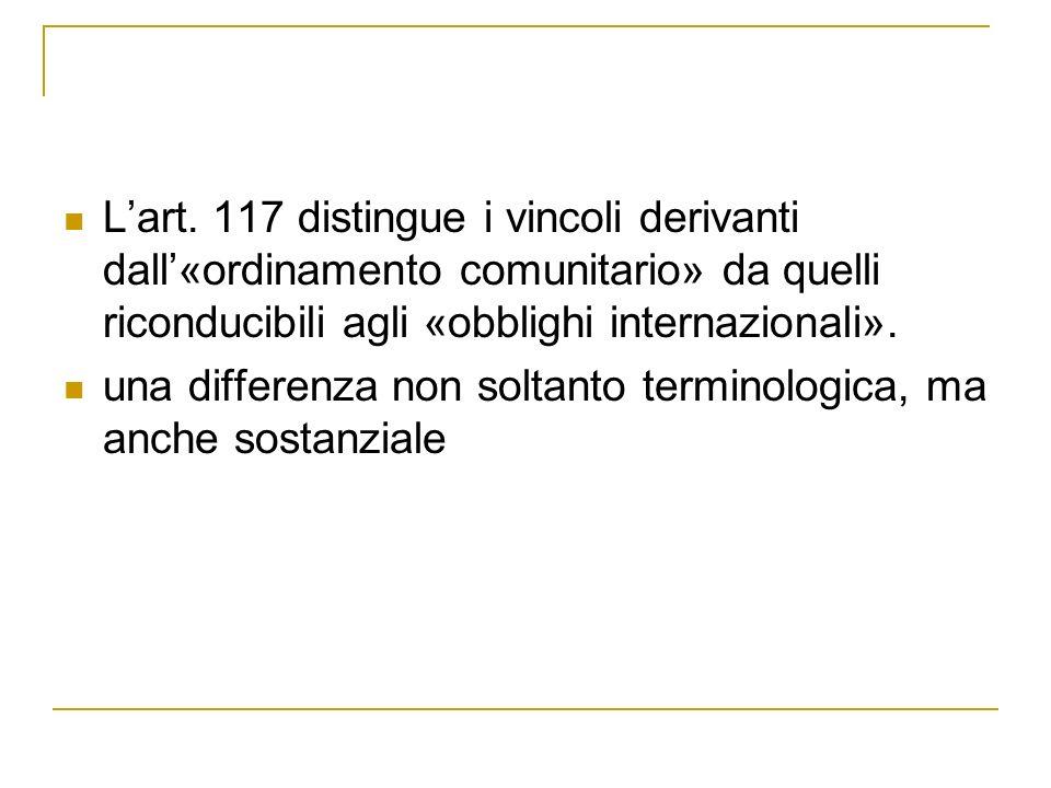 L'art. 117 distingue i vincoli derivanti dall'«ordinamento comunitario» da quelli riconducibili agli «obblighi internazionali».