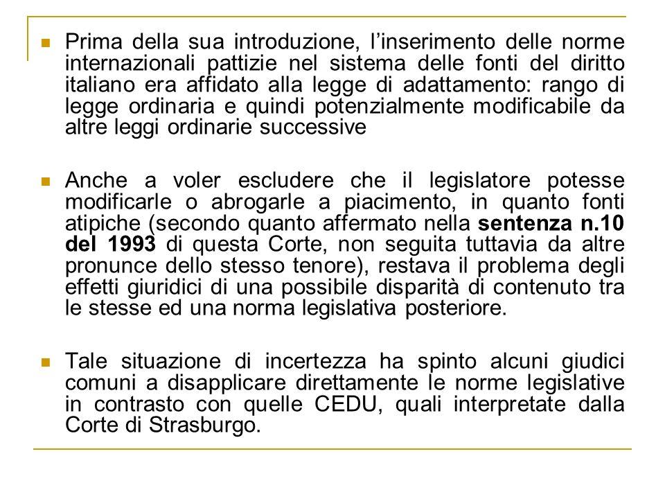 Prima della sua introduzione, l'inserimento delle norme internazionali pattizie nel sistema delle fonti del diritto italiano era affidato alla legge di adattamento: rango di legge ordinaria e quindi potenzialmente modificabile da altre leggi ordinarie successive