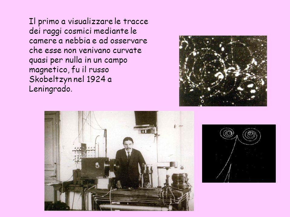 Il primo a visualizzare le tracce dei raggi cosmici mediante le camere a nebbia e ad osservare che esse non venivano curvate quasi per nulla in un campo magnetico, fu il russo Skobeltzyn nel 1924 a Leningrado.