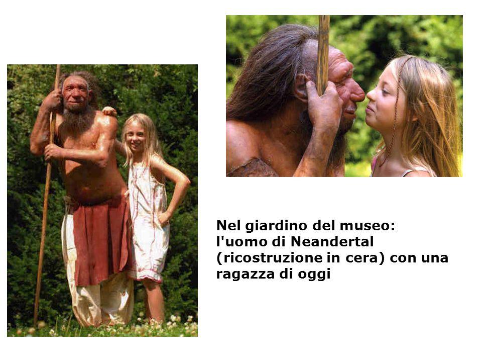 Nel giardino del museo: l uomo di Neandertal (ricostruzione in cera) con una ragazza di oggi