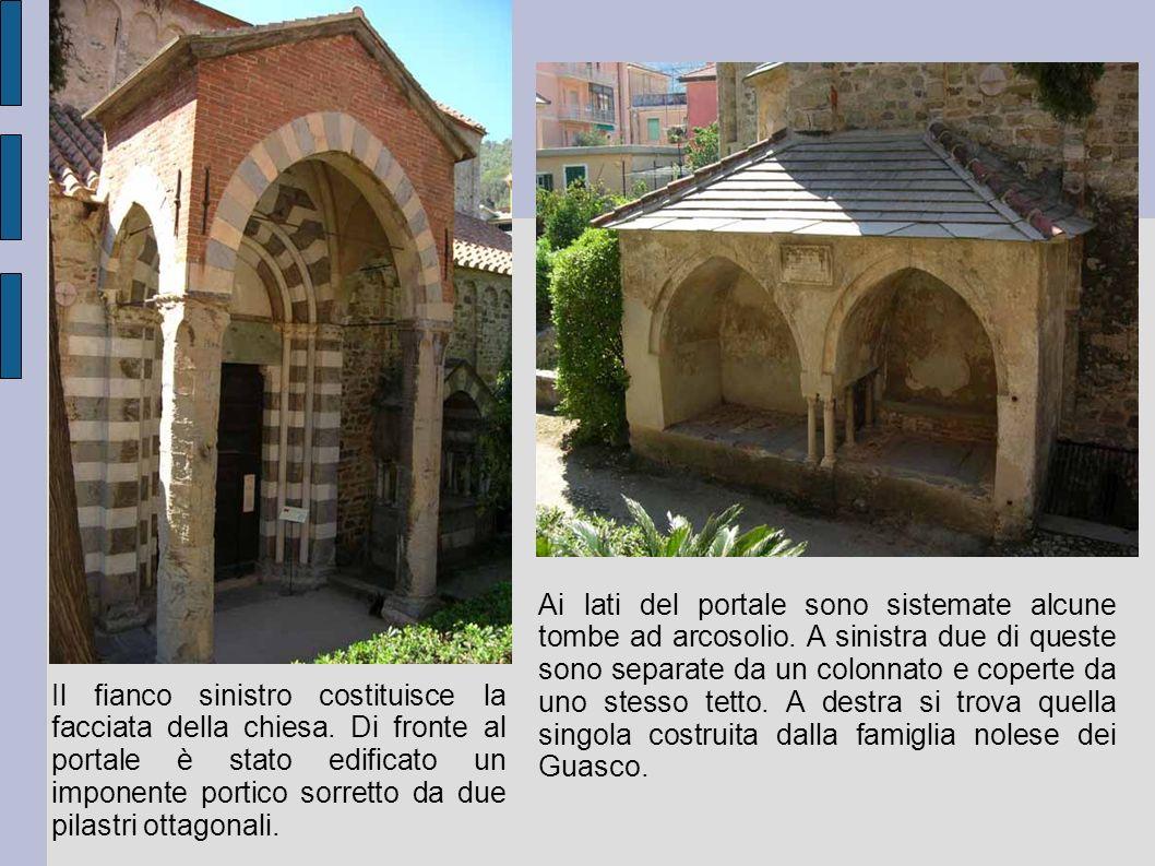 Ai lati del portale sono sistemate alcune tombe ad arcosolio