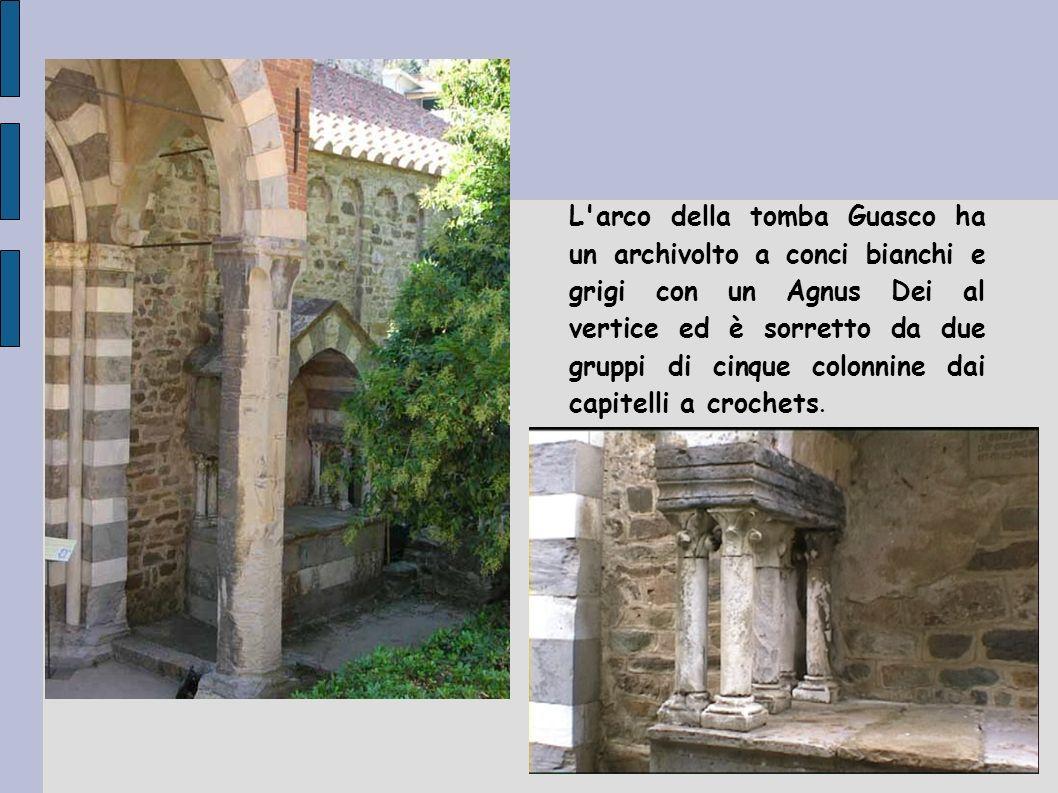 L arco della tomba Guasco ha un archivolto a conci bianchi e grigi con un Agnus Dei al vertice ed è sorretto da due gruppi di cinque colonnine dai capitelli a crochets.