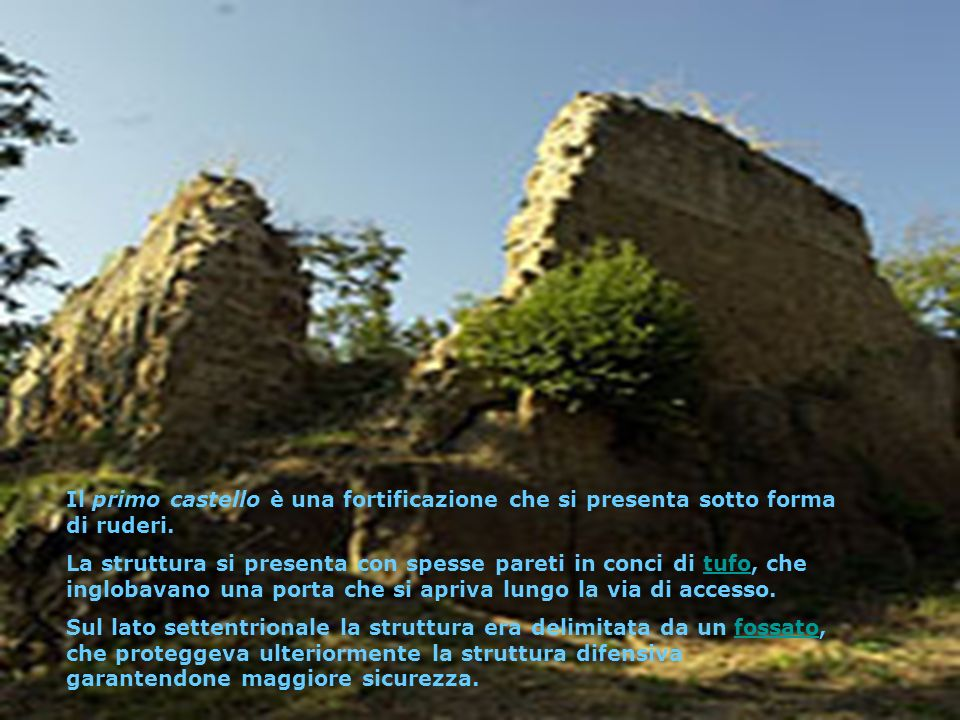 Il primo castello è una fortificazione che si presenta sotto forma di ruderi.