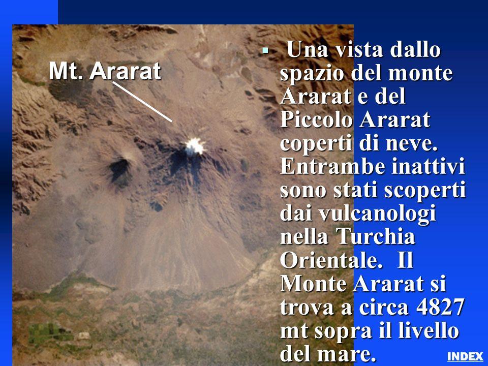 Una vista dallo spazio del monte Ararat e del Piccolo Ararat coperti di neve. Entrambe inattivi sono stati scoperti dai vulcanologi nella Turchia Orientale. Il Monte Ararat si trova a circa 4827 mt sopra il livello del mare.