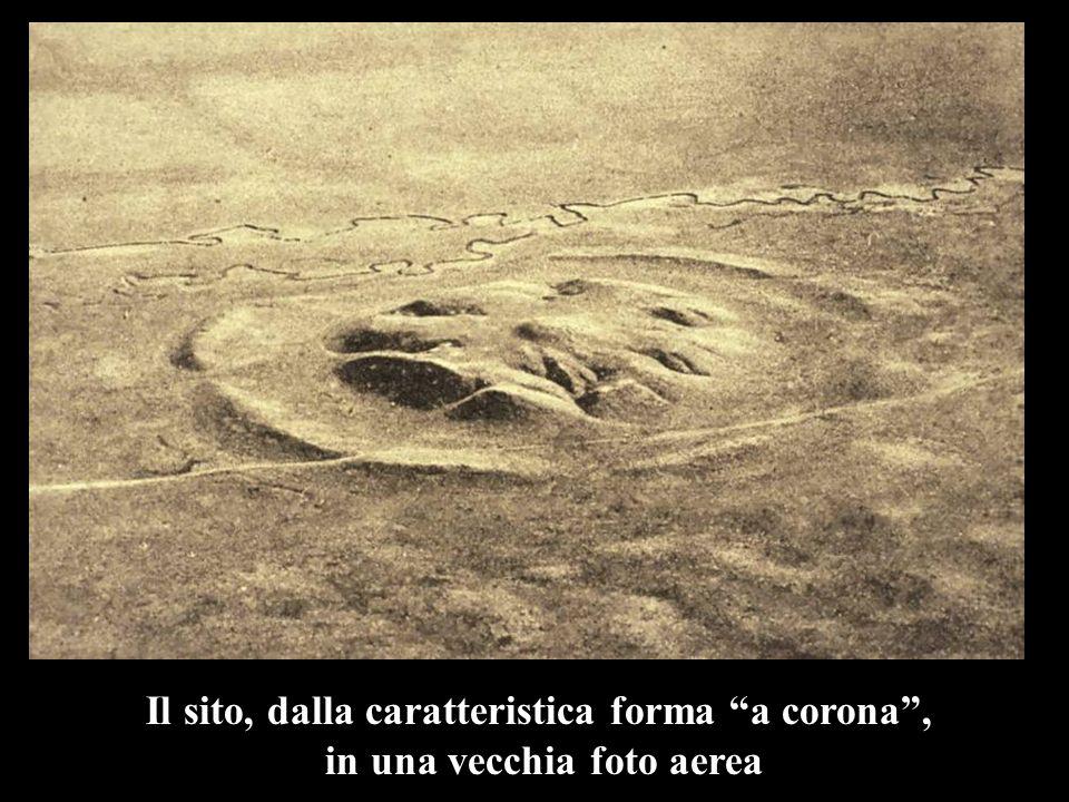 Il sito, dalla caratteristica forma a corona , in una vecchia foto aerea