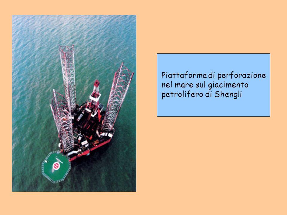 Piattaforma di perforazione nel mare sul giacimento petrolifero di Shengli