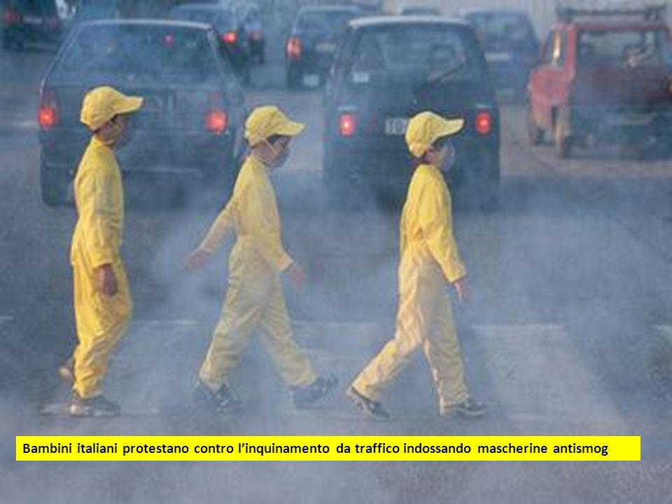 Bambini italiani protestano contro l'inquinamento da traffico indossando mascherine antismog