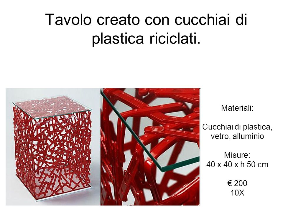 Tavolo creato con cucchiai di plastica riciclati.