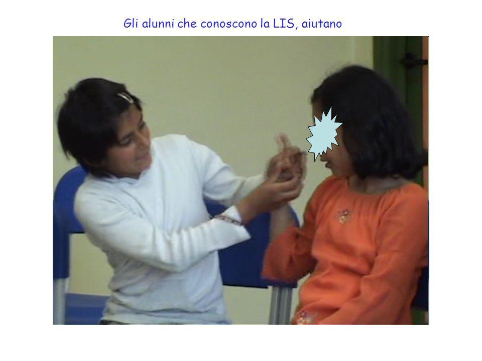 Gli alunni che conoscono la LIS, aiutano