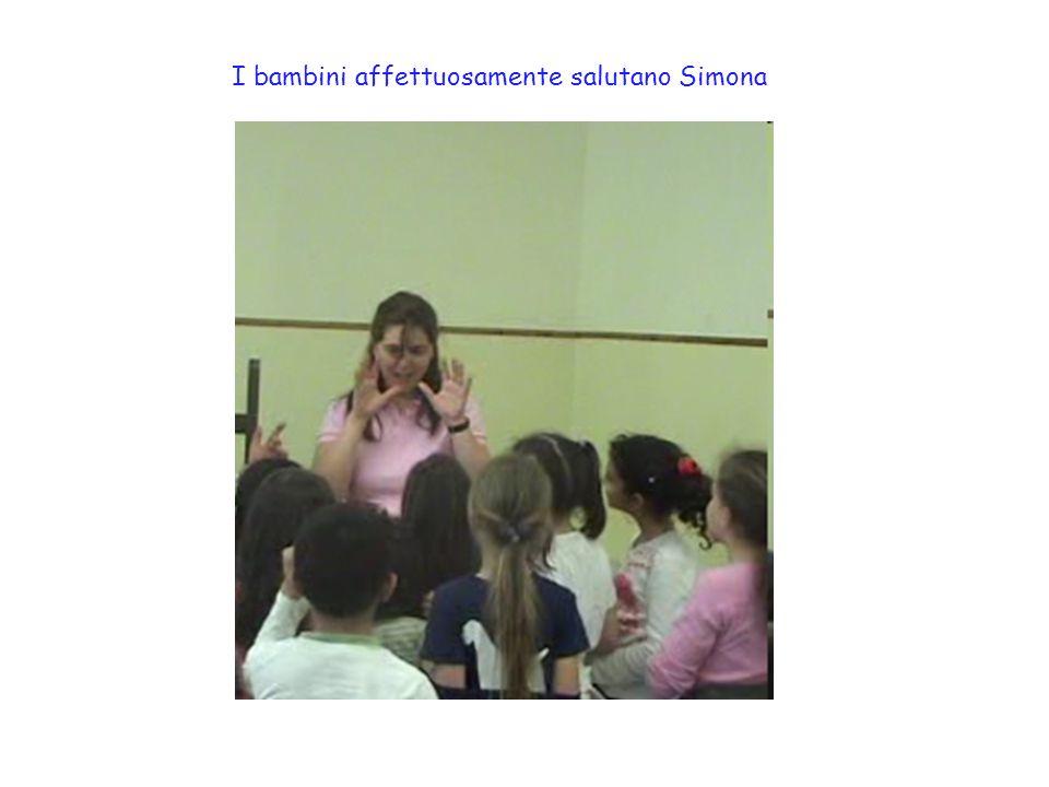 I bambini affettuosamente salutano Simona